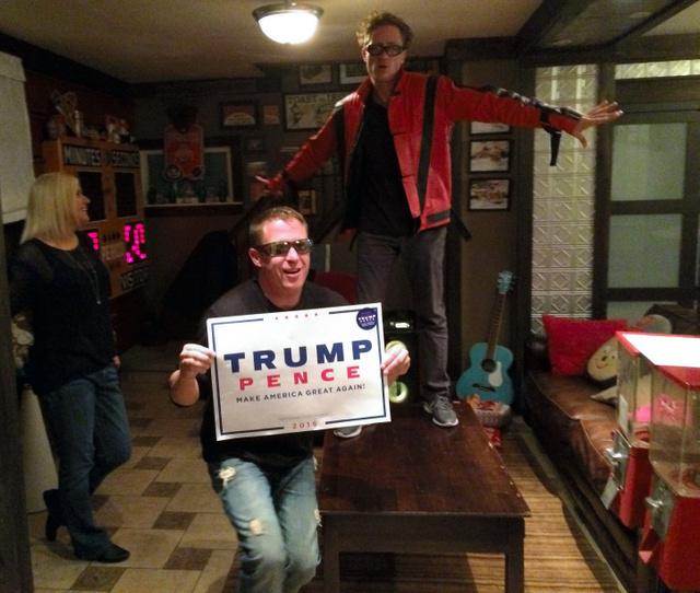 「トランプが勝ったぞ!」。トランプ大統領の当選の夜、すっかり酔っ払って自宅で踊るビガリーノ兄弟。「米国の栄光の時代は1980年代」と語るフランクはテーブルの上でマイケル・ジャクソンの80年代のヒット曲「ビリー・ジーン」を踊った=2016年11月9日、オハイオ州トランブル郡ジラード、金成隆一撮影