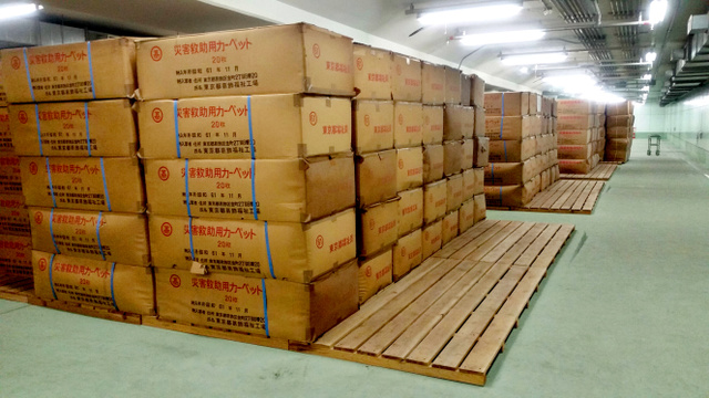 清澄白河駅の地下倉庫に備蓄されている災害救助用カーペット=東京都江東区