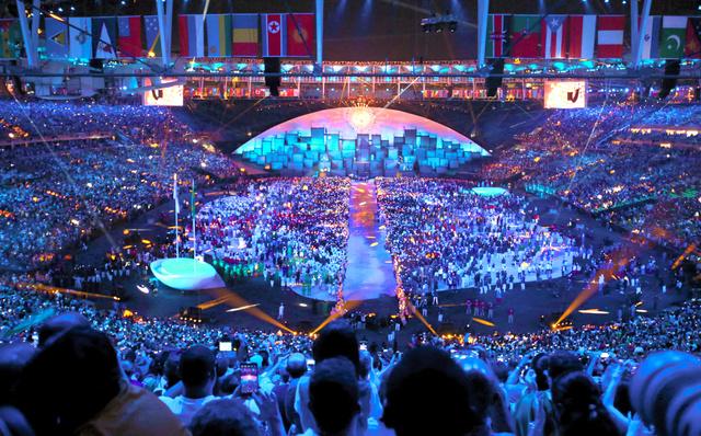 聖火がともったリオ五輪の開会式会場=2016年8月5日、ブラジル・リオデジャネイロのマラカナン競技場、長島一浩撮影