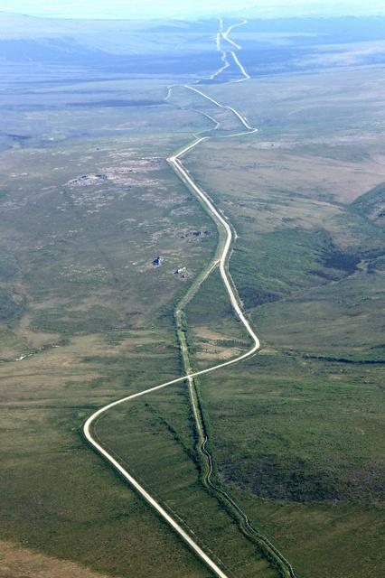 アラスカの大地に延びる全長約1300キロのパイプライン(手前右側の線)とダルトンハイウェー=米アラスカ州フェアバンクスの北西約210キロ、朝日新聞社機から、葛谷晋吾撮影