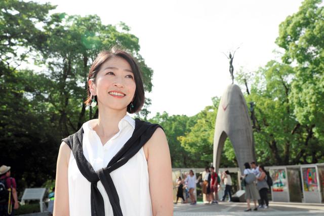 広島平和記念公園で、思いを語る久保田智子さん=2日午後、広島市中区、上田幸一撮影