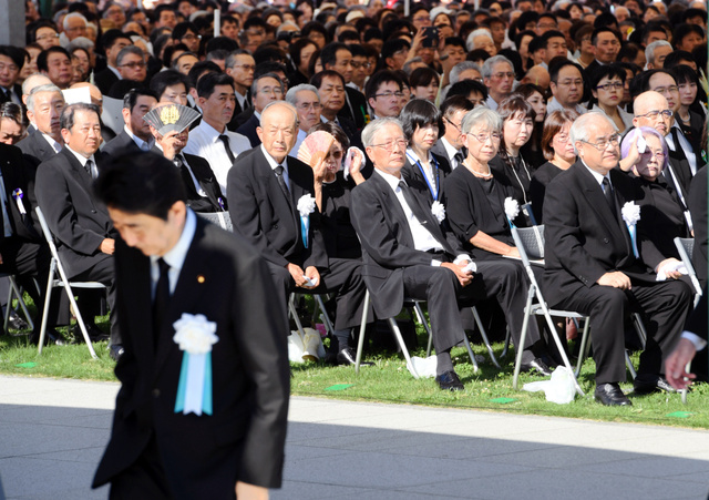 平和式典であいさつを終え席に戻る安倍晋三首相を見つめる被爆者たち=6日午前8時37分、広島市中区、伊藤進之介撮影