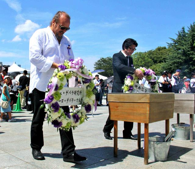 父チェ・ゲバラが慰霊した広島の平和記念公園で、献花するゲバラの長男カミーロ・ゲバラ氏(左)と映画「エルネスト」の阪本順治監督=6日、広島市中区、平山亜理撮影