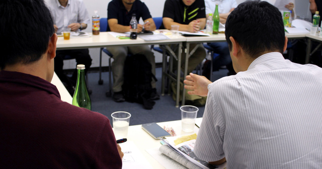「部活改革ネットワーク」の勉強会で語り合う各地の教員たち=名古屋市