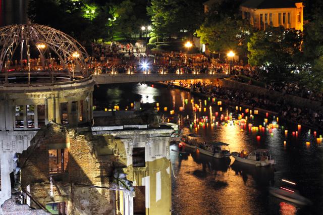 元安川に浮かべられた灯籠(とうろう)=6日午後8時11分、広島市中区、安冨良弘撮影