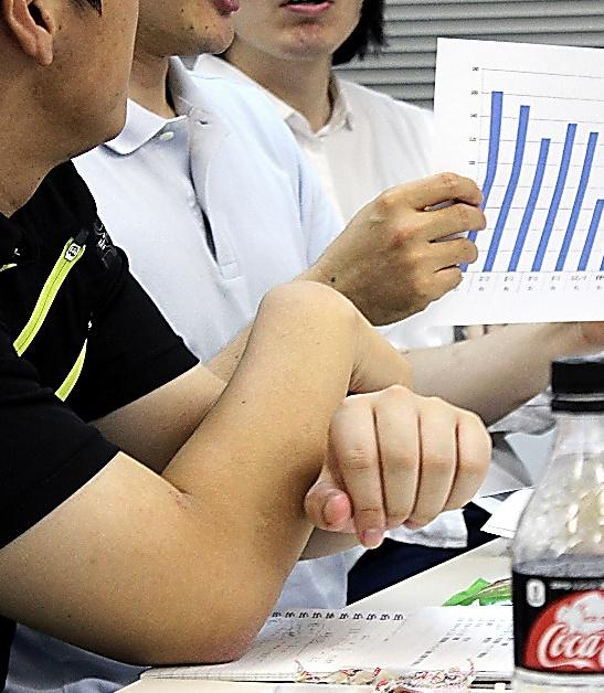 「部活改革ネットワーク」の勉強会で超過勤務時間のグラフを示しながら語る教員。「運動部の顧問をやめると半分になった」=名古屋市