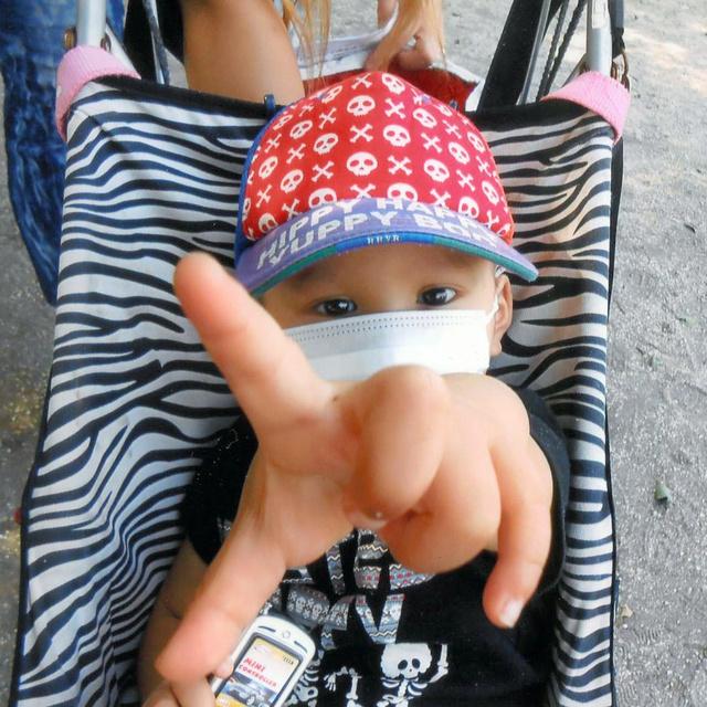 抗がん剤で治療中、帽子をかぶって兄の運動会に出かけた=2013年10月、埼玉県新座市、原田瑞江さん提供
