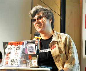 トークをする映画評論家・翻訳家の柳下毅一郎さん=8月4日、東京・渋谷