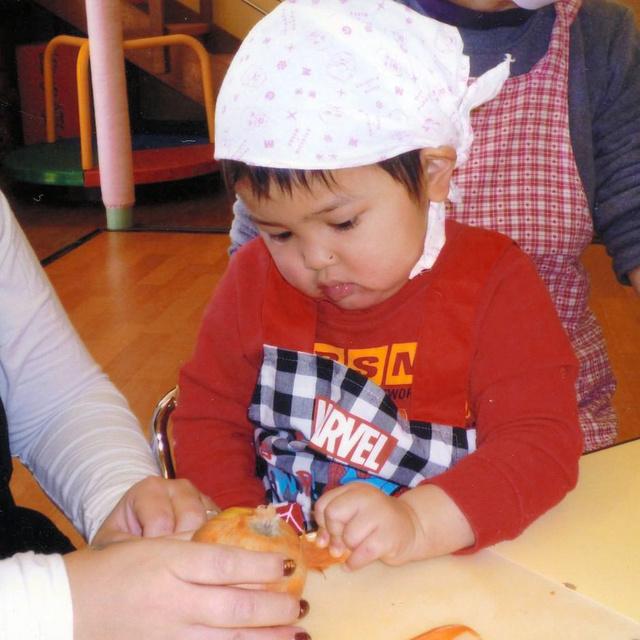 母子で通ったみどり学園で、料理をする原田歩夢くん=2015年1月、埼玉県新座市、瑞江さん提供