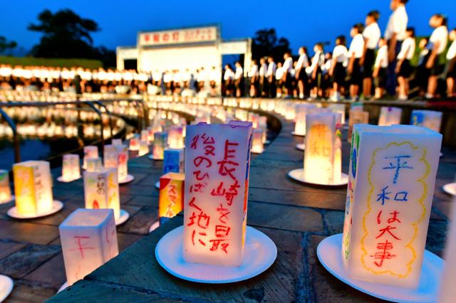 平和への願いを込めたキャンドルに火がともされ、児童たちの歌声が響いた=8日午後7時24分、長崎市、福岡亜純撮影