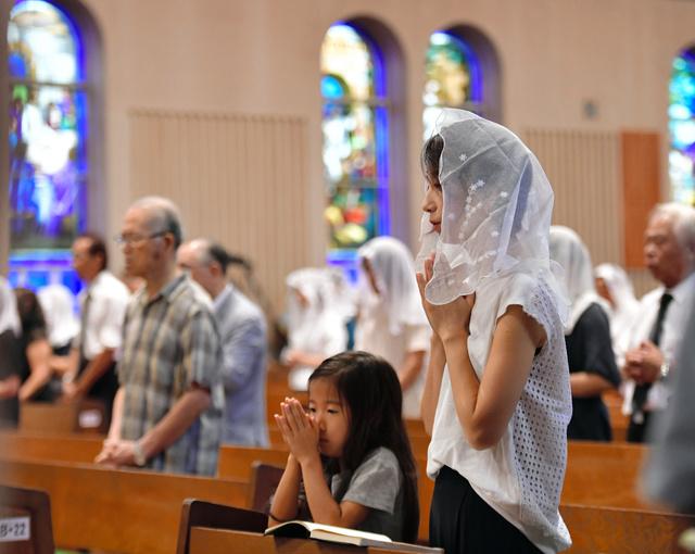 浦上天主堂で開かれた追悼ミサ。信徒たちが祈りを捧げた=9日午前6時34分、長崎市、福岡亜純撮影