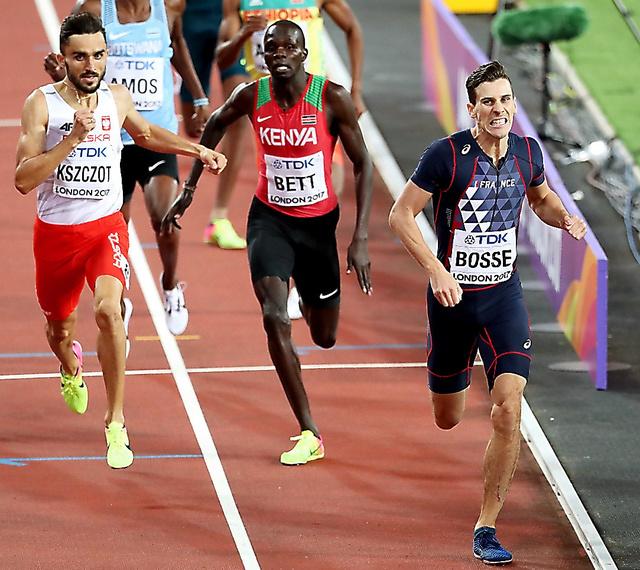 男子800メートルで優勝したボス(右)=池田良撮影