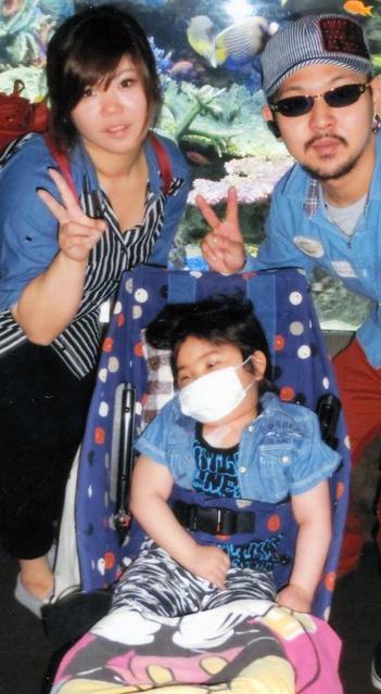 両親と水族館にも出かけた原田歩夢くん=2015年5月、東京都豊島区、瑞江さん提供