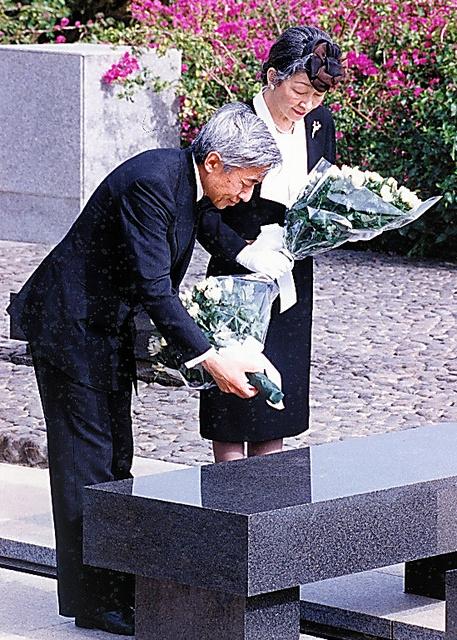 硫黄島を訪れ、慰霊碑に花束を供える天皇、皇后両陛下=1994年2月
