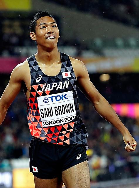男子200メートル準決勝2組2着でゴールし、笑顔を見せるサニブラウン・ハキーム=AP