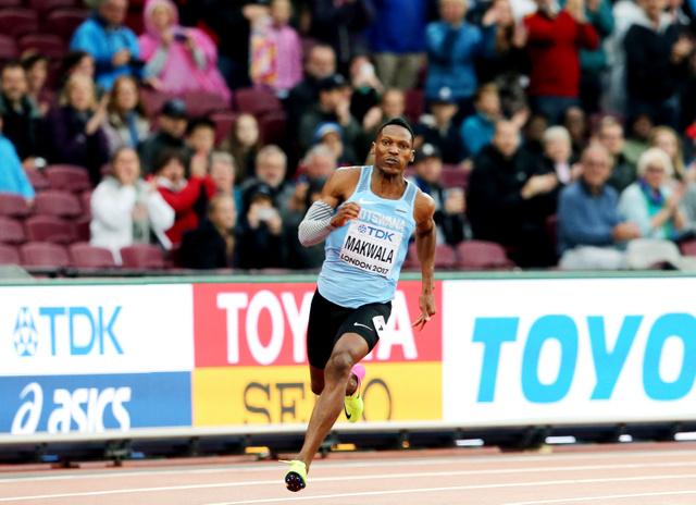 歓声を受けながら男子200メートル予選を一人だけで走るマクワラ=池田良撮影