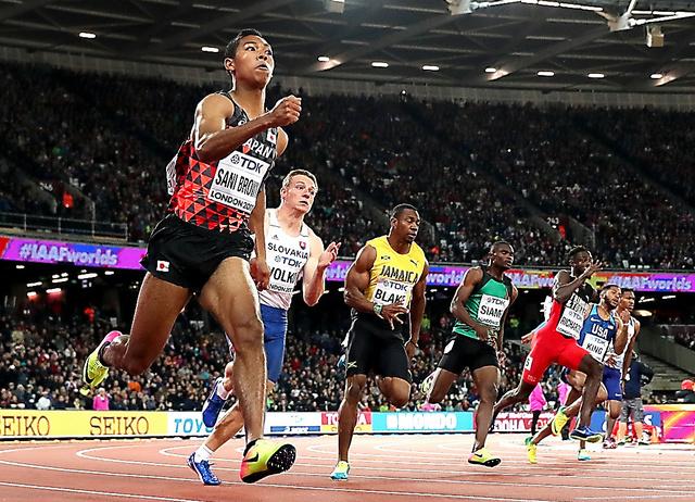 男子200メートル準決勝で決勝進出を決めたサニブラウン(左)=池田良撮影
