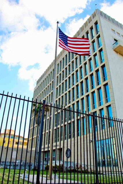 キューバ首都ハバナの米国大使館=2016年11月、平山亜理撮影