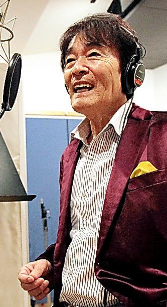 スタジオでコーラスグループを指導する平尾昌晃さん=2011年10月