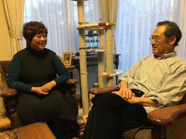 お互いを尊重し、支え合ってきた清水八千代さんと哲郎さん=仙台市の自宅