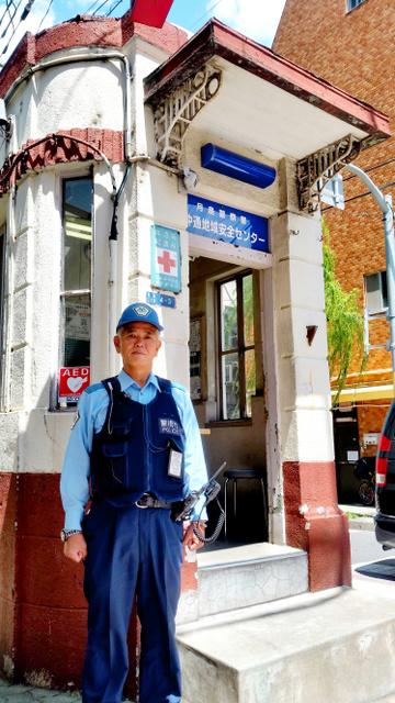 月島署の西仲通地域安全センターの前に立つ、警察官OBの田嶋芳弘さん=東京都中央区