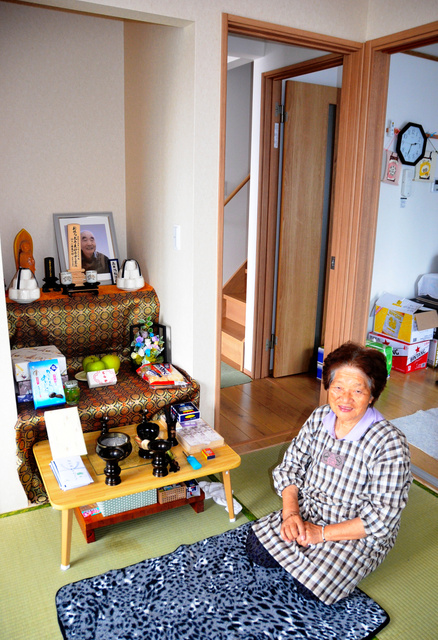 6年の仮設住宅生活から新築の災害公営住宅に移った小国ヤスさん。待ちわびていた夫は半年前に他界した=岩手県大槌町安渡