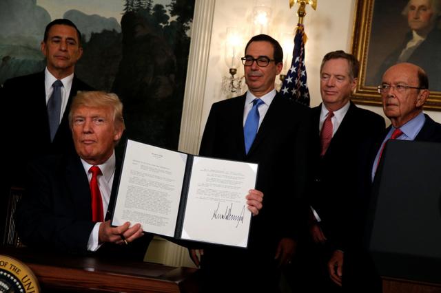 中国との貿易問題の調査を指示する覚書に署名したトランプ米大統領=ロイター