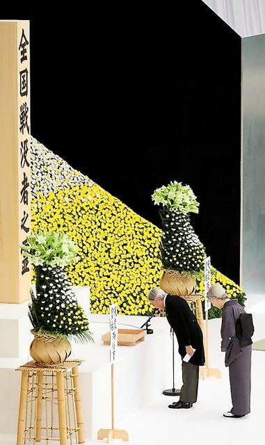 全国戦没者追悼式で「おことば」を述べた後、一礼する天皇、皇后両陛下=15日午後0時4分、東京都千代田区、西畑志朗撮影