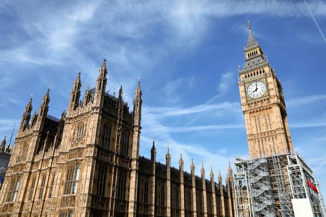 「ビッグベン」の愛称で知られる英国会議事堂の時計塔。補修工事を前にすでに足場が組まれている=14日、ロイター