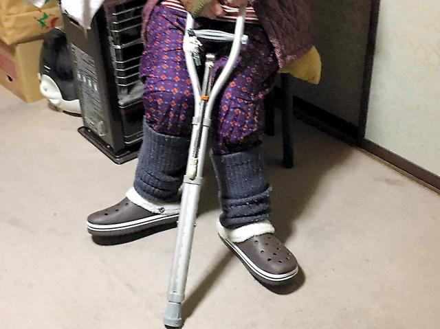 「リウマチ編」で取り上げた雨宮福子さんは今、松葉杖1本を使って室内移動をしている=山梨県甲州市の自宅
