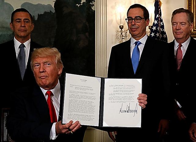 米通商代表部に調査の検討を指示する覚書に署名したトランプ米大統領=ロイター