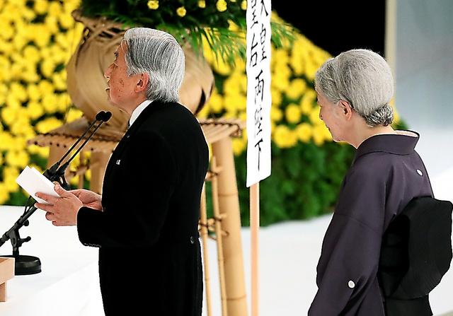 全国戦没者追悼式で「おことば」を述べる天皇陛下と皇后さま=15日午後0時3分、西畑志朗撮影