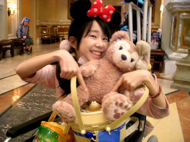 投稿者の清川慶子さんの次女、千里さん。地方の大学病院に転院前、東京ディズニーリゾートで親友家族と楽しんだ=10年5月16日、慶子さん提供