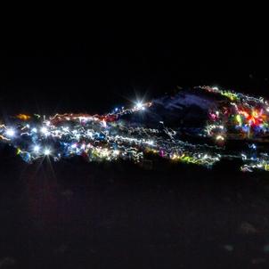 ヘッドランプ連なる登山道 深夜の富士山が幻想的