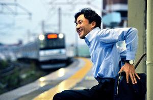 一日の仕事を終え、駅でちょっと一息。JR、地下鉄、バスを乗りついで帰る。定期入れには、迷ったときに使う「ヘルプカード」も=2015年9月、仙台市内