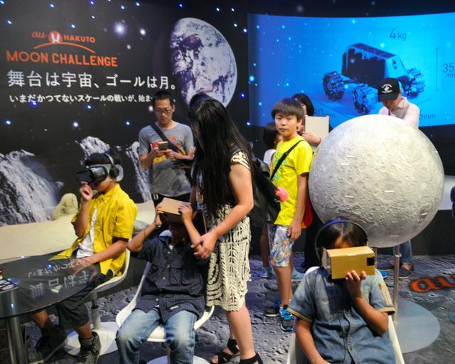 ハクトのVR(仮想現実)体験を楽しむ参加者=15日、東京都港区、井上未雪撮影