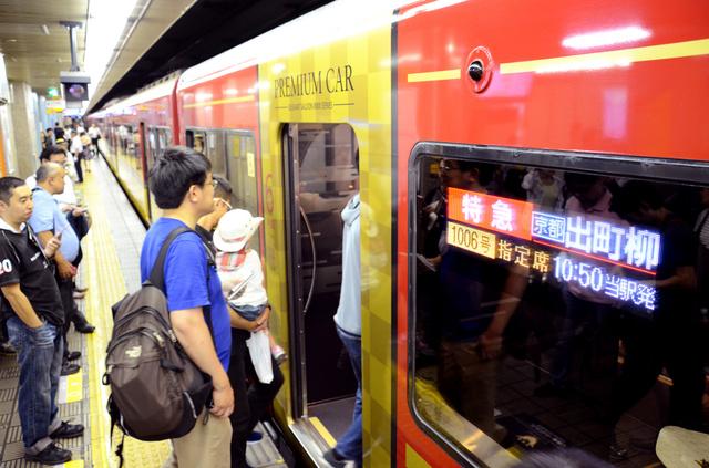 運行を始めた京阪電鉄の「プレミアムカー」に乗り込む人たち=20日午前10時49分、大阪市中央区、広島敦史撮影