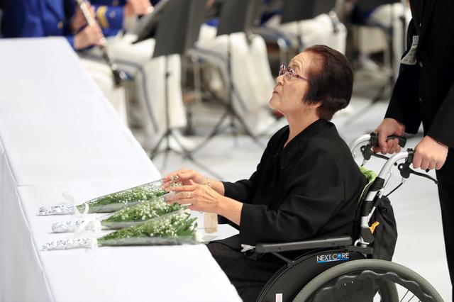 献花する遺族代表の宮本孝子さん=20日午前10時33分、広島市安佐北区、上田幸一撮影