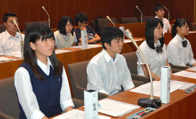 高校生たちが議員を務めた模擬市議会=牛久市役所