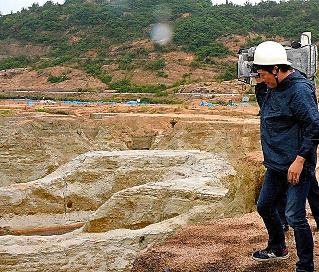 ゴミが撤去され、岩場が露出した不法投棄現場=今年5月、香川県土庄町豊島家浦