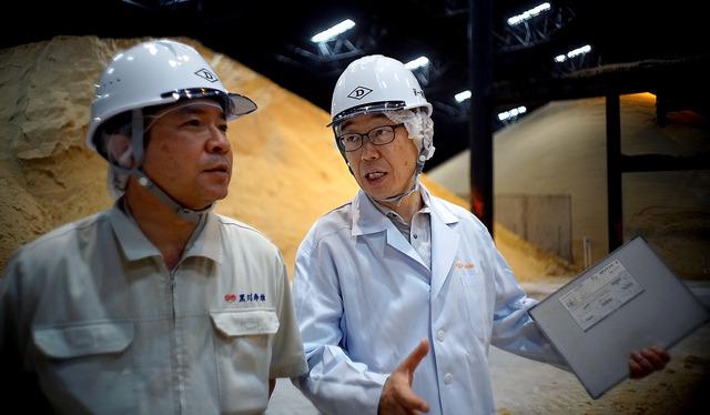 伊藤忠商事グループの製糖会社の工場で、安全性を監査する渡辺敏雄さん(右)。「工場の人から『また来てください』と言われるのが何よりうれしい」=宮崎県日向市、浅野哲司撮影