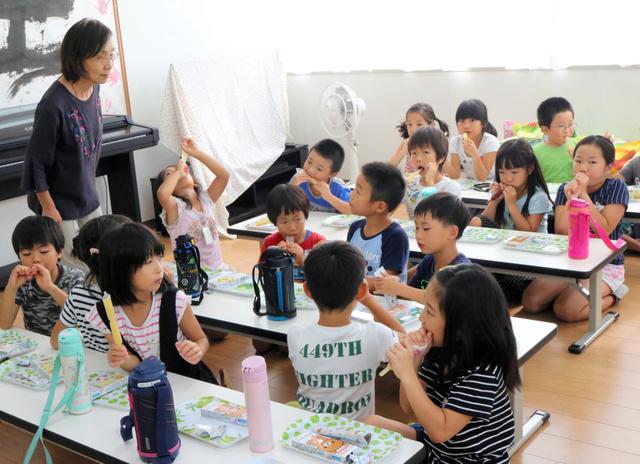 夏休み期間だけの学童保育「やいづっ子クラブ」でおやつの棒アイスを食べる子どもたち=焼津市大住