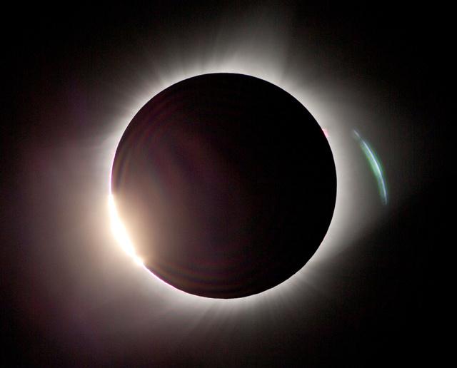 米国を横断する地帯で見られた皆既日食=21日午前10時19分、米オレゴン州マドラス、飯塚晋一撮影