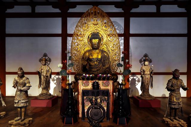 興福寺仮講堂に並ぶ仏像群。本尊・阿弥陀如来像(中央)を中心に3方向を撮影した=8月9日、矢木隆晴撮影