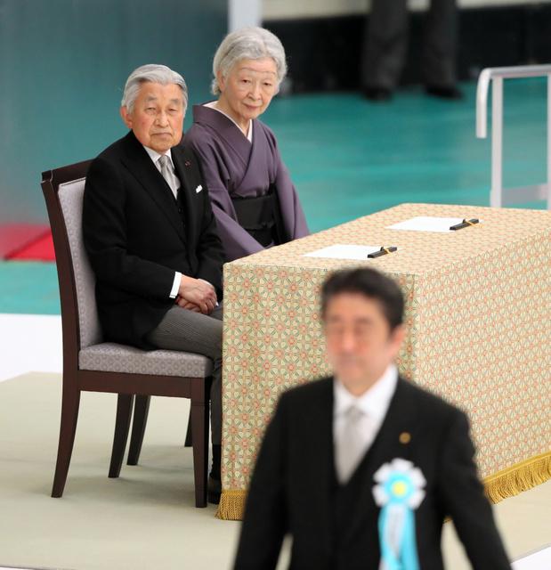 全国戦没者追悼式にのぞむ天皇、皇后両陛下。手前は式辞に向かう安倍晋三首相=15日午後11時56分、東京都千代田区、西畑志朗撮影