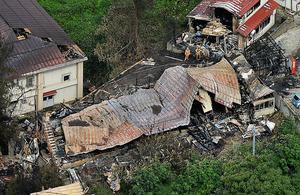 全焼した木造2階建てのアパート=22日午前9時16分、秋田県横手市南町、本社ヘリから、相場郁朗撮影