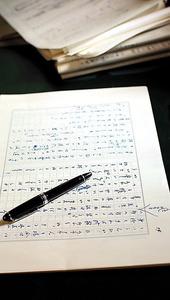 原稿用紙に万年筆で書く。今も変わらない=飯塚悟撮影