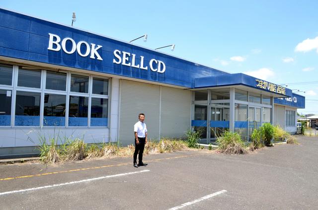 閉店したつまがり書店と、経営していた金川敏洋さん=宮崎県串間市