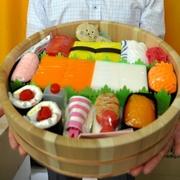 おけに入った寿司と思いきや… 出産祝いのおむつギフト