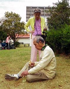 徳島県の有料老人ホームにいた頃の父と母(ホーム提供)